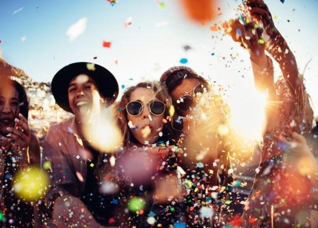 Pessoas numa festa jogando confete
