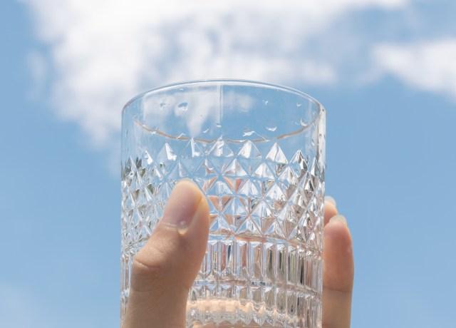 copo de vidro com detalhes em alto relevo