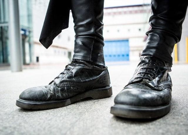 Sapatos pretos com cadarços até acima do tornozelo