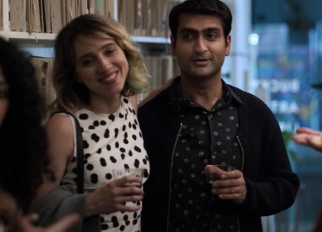 Kumail e Emily em uma festa de lançamento de um livro.
