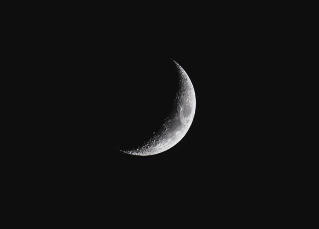 closeup photography of crescent moon