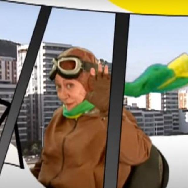 Fernanda Montenegro pilotando um avião na novela Zazá