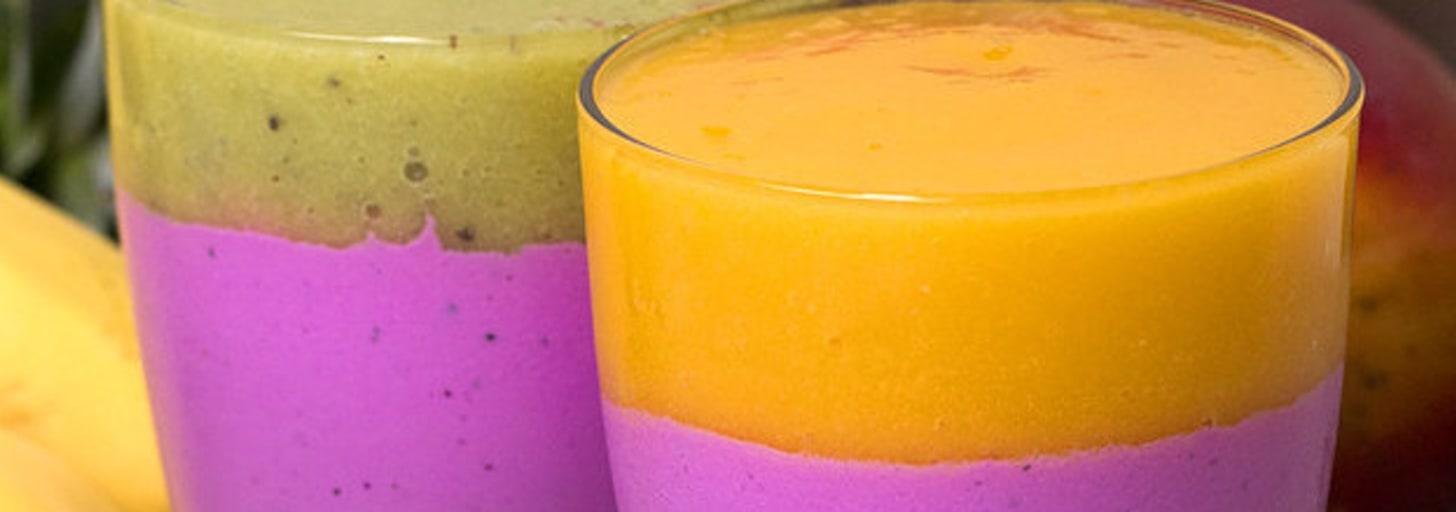 Estes deliciosos smoothies bicolor de pitaya são perfeitos para adicionar mais cor no seu dia