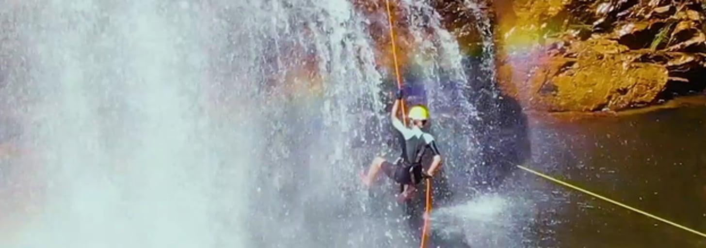 Esse rapel na Chapada dos Veadeiros une refrescância, aventura e uma bela paisagem