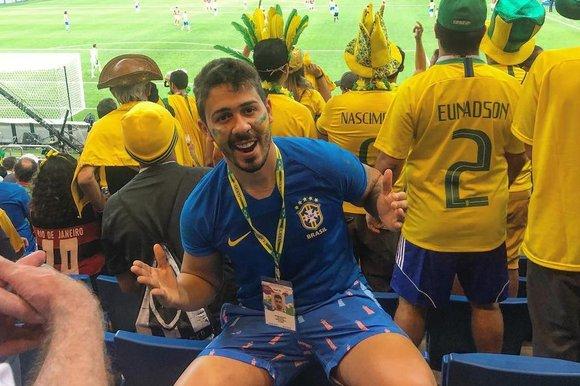 Carlinhos Maia com a roupa da seleção brasileira, em um jogo da Copa