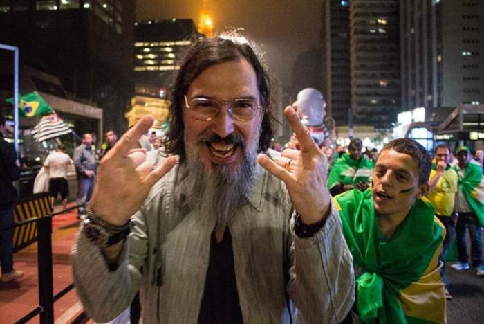 Lobão fazendo o sinal de Rock N Roll, em meio a uma manifestação anti-PT
