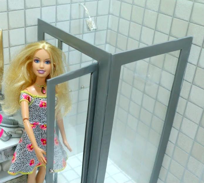 Barbie em um banheiro