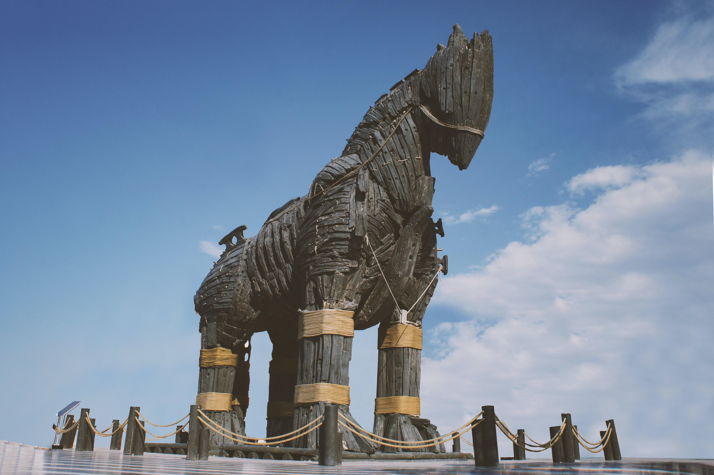 Cavalo de tróia feito de madeira