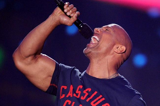 The Rock cantando em um microfone