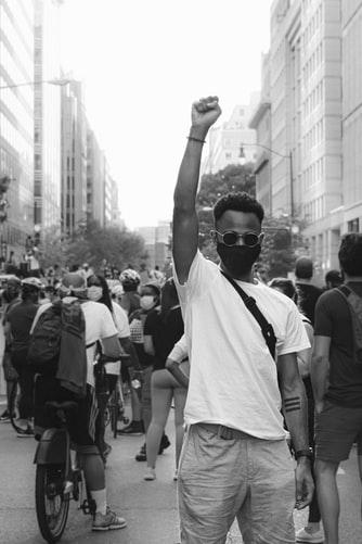 Homem negro em manifestação contra racismo