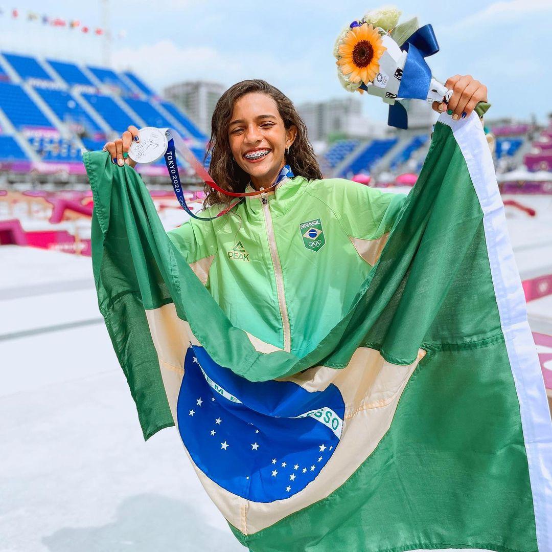 Rayssa Leal ganhando medalha de prata