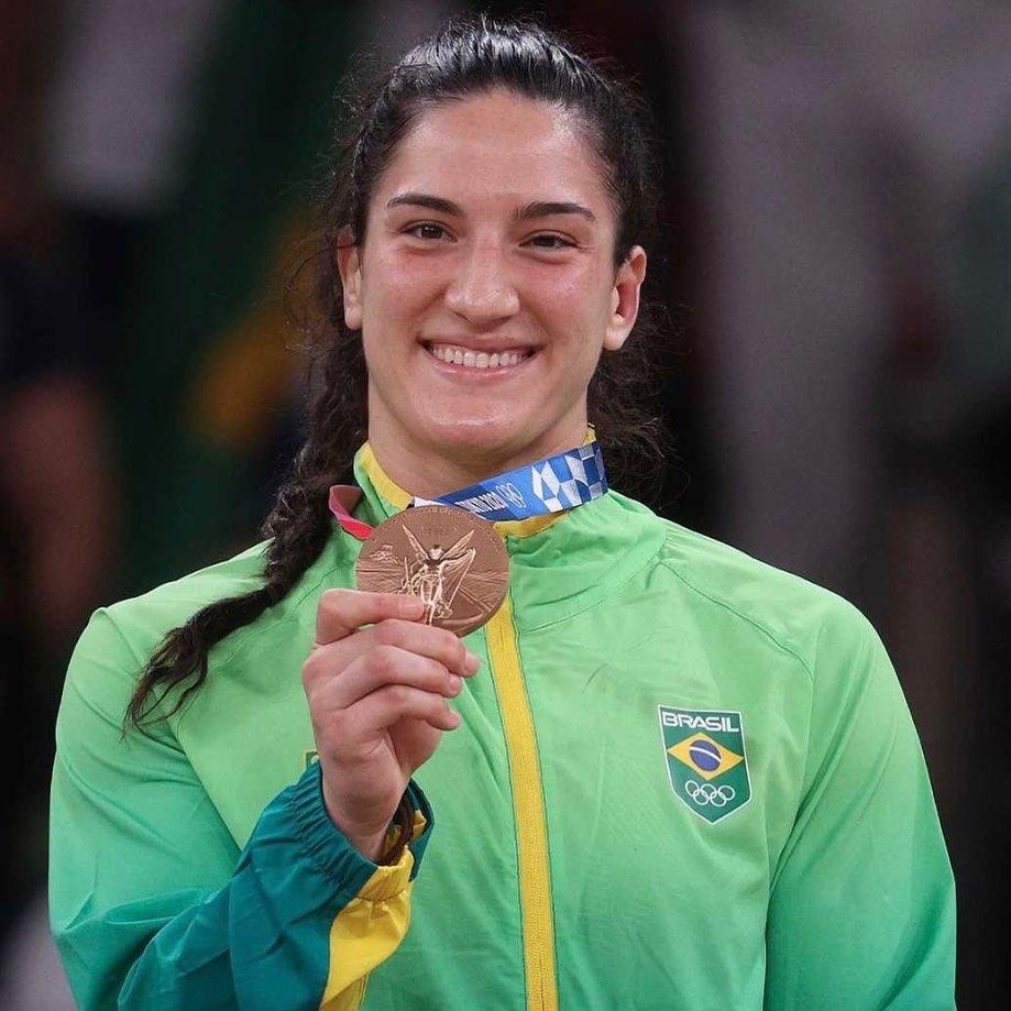 Mayra do judô, ganhando medalha de bronze