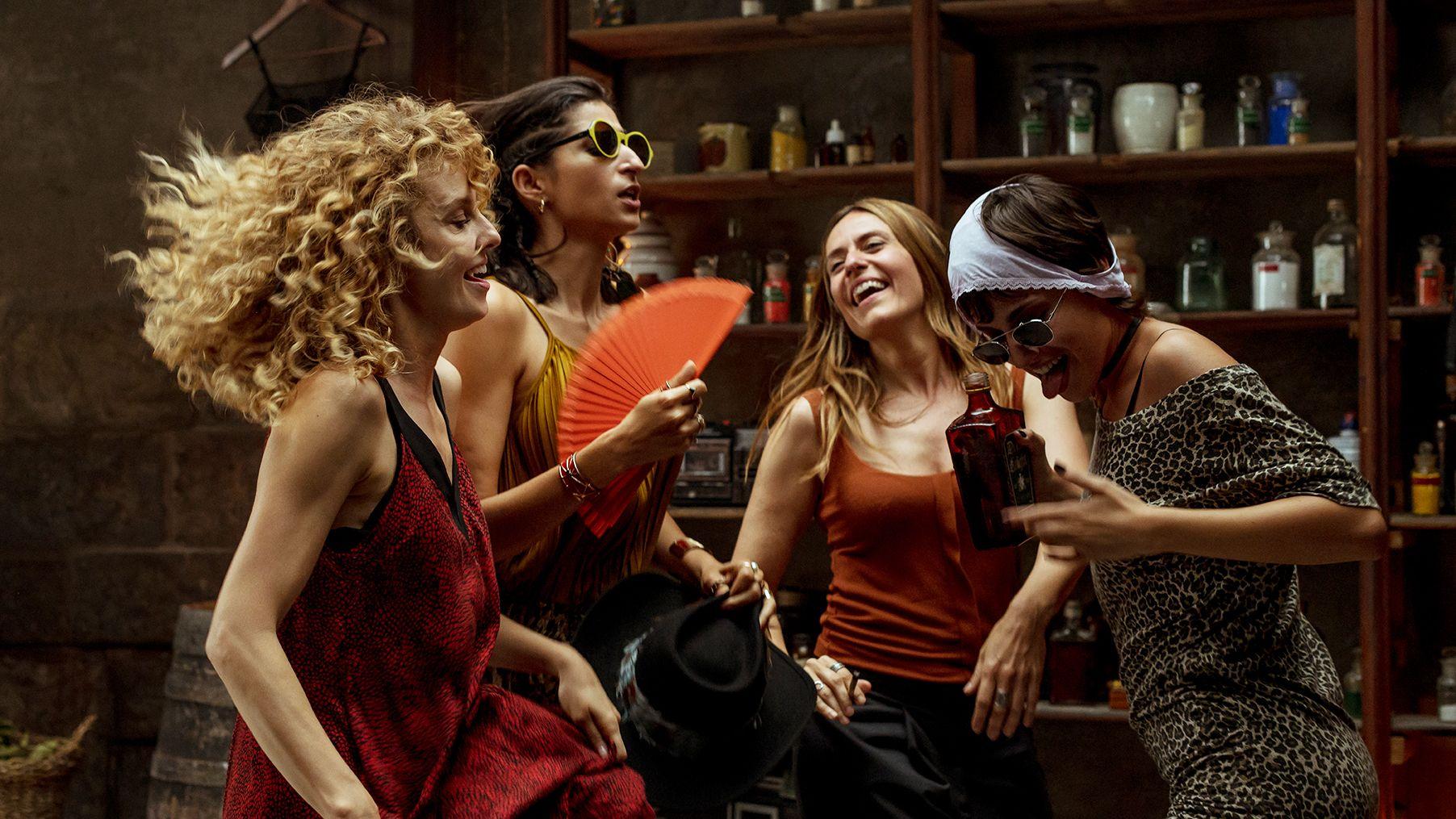 Cena em que as personagens de La Casa De Papel fazem uma festa bebendo