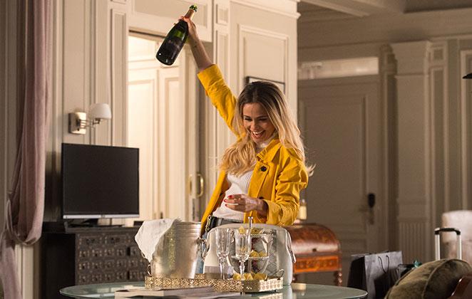 Sandra Helena, Personagem de Pega Pega comemora com champagne