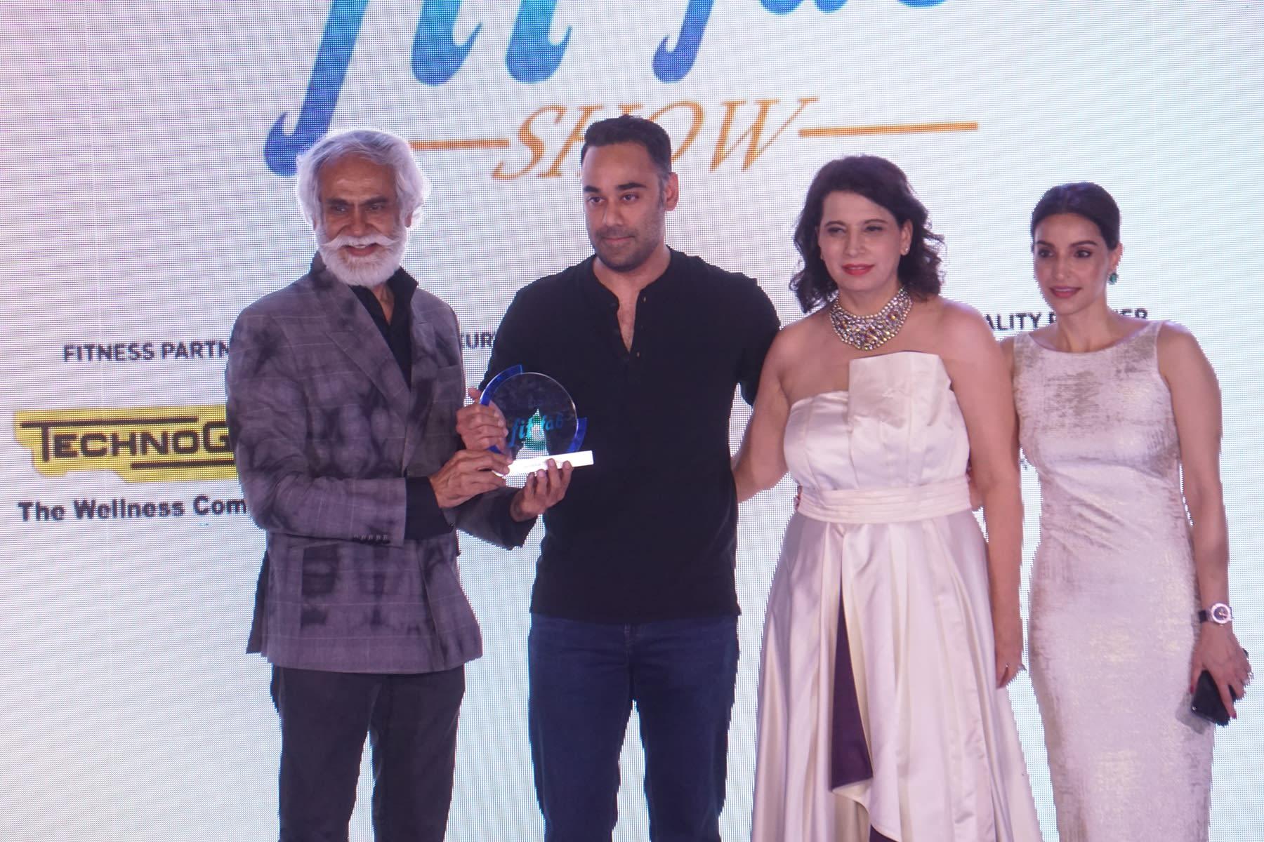 Mr. Sunil Sethi Presenting awards with Parineeta Sethi
