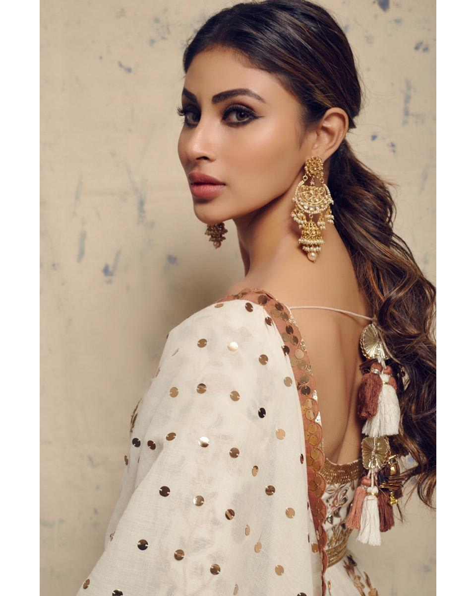 Mouni Roy wearing Sukriti and Aakriti (2)
