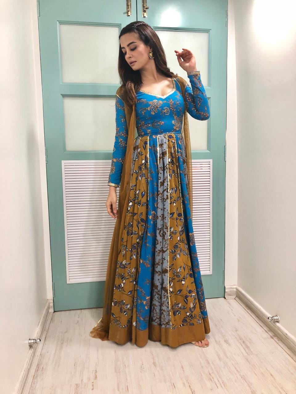 Surveen Chawla wearing Sukriti & Aakriti (2)