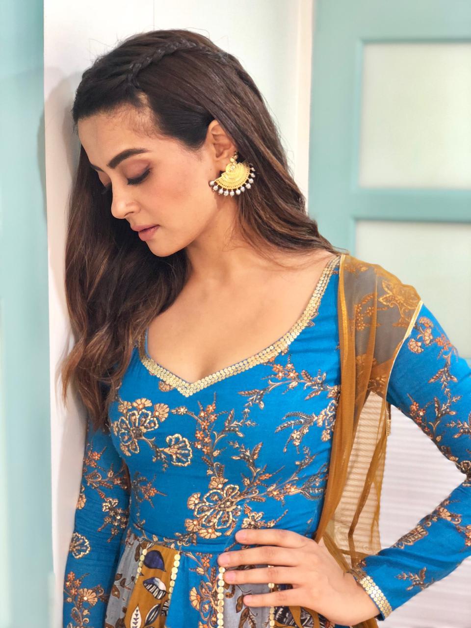 Surveen Chawla wearing Sukriti & Aakriti (5)