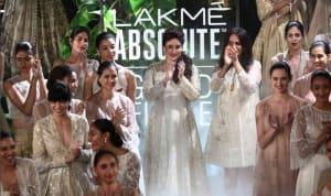 kareena-kapoor-khan-at-lfw-summer-resort-2017-grand-finale-for-anita-dongre