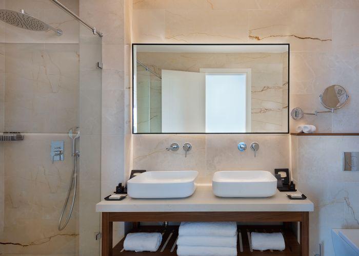 חדר אמבט במלון אופרה הרברט סמואל תל אביב