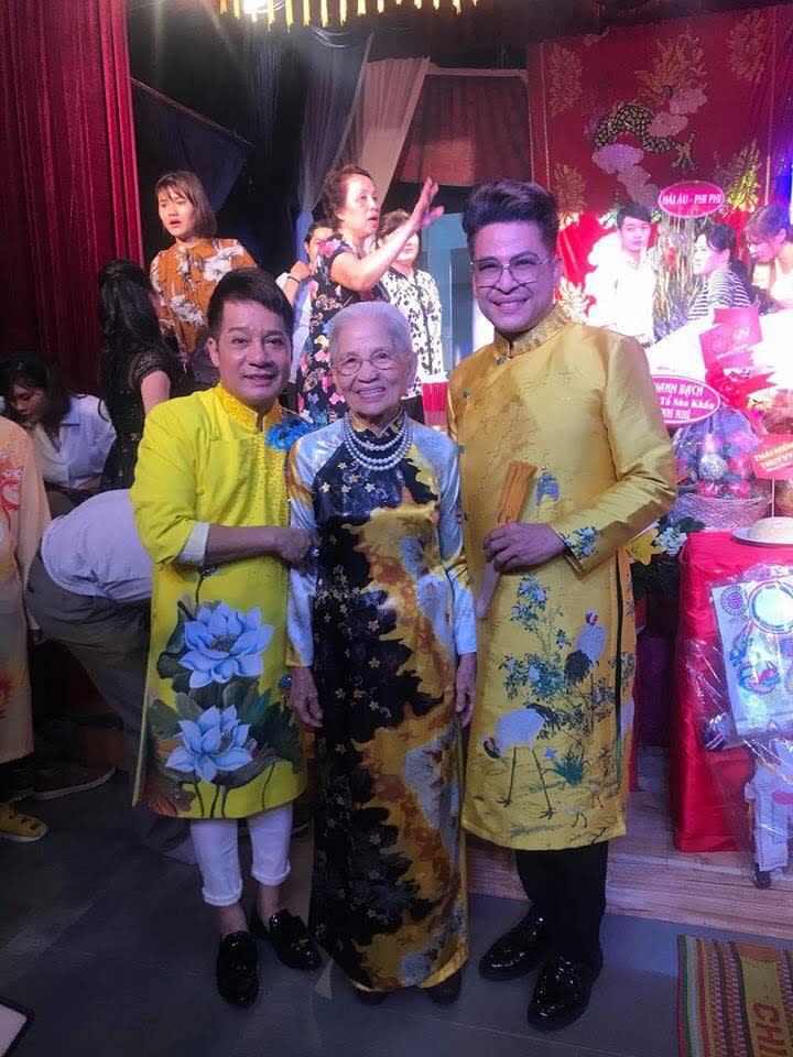 MC Thanh Bạch đưa mẹ đến thắp hương tại bàn thờ Tổ của Sân khấu kịch Minh Nhí
