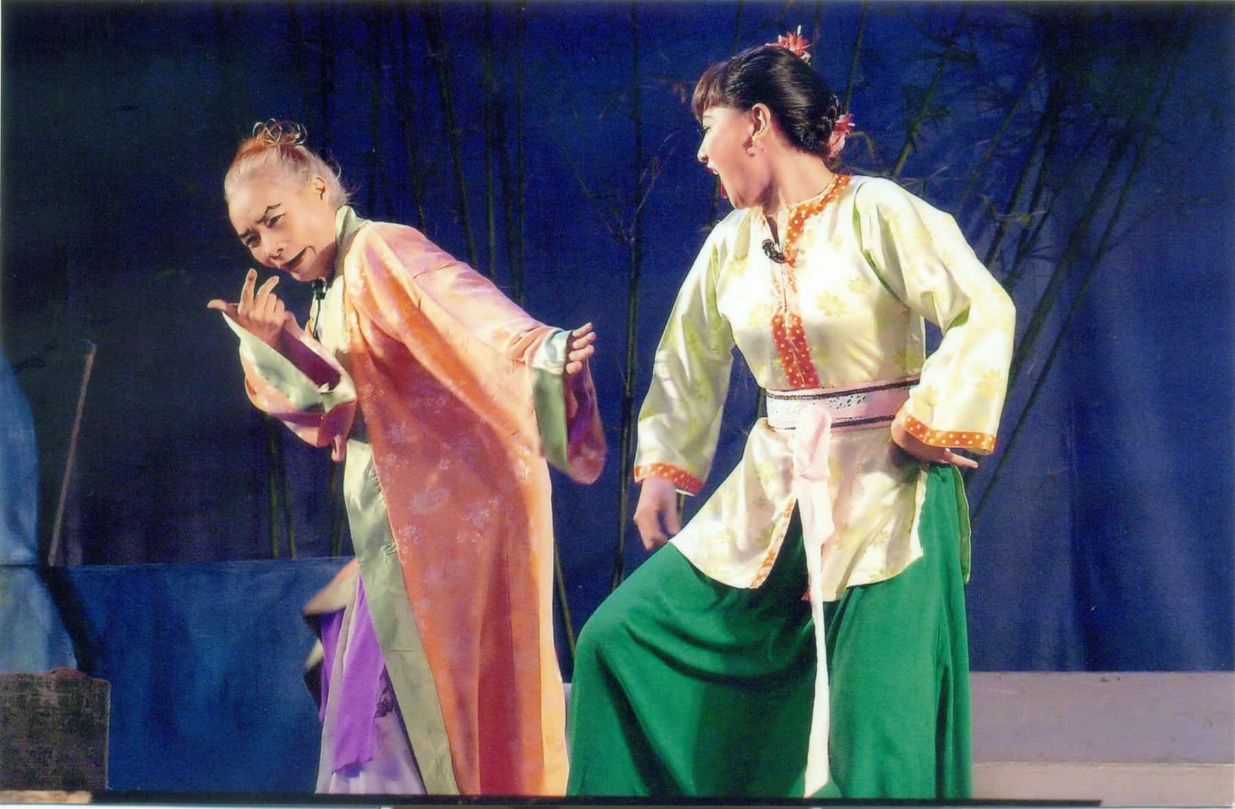 """Nữ """"quái kiệt"""" Bo Bo Hoàng và nghệ sĩ Cát Phượng trong vai mẹ con Cám - vở cải lương hài dân gian """"Tấm Cám"""" của tác giả Huy Trường - đã từng đem lại doanh thu cao cho Đoàn Cải lương tuồng cổ Huỳnh Long"""