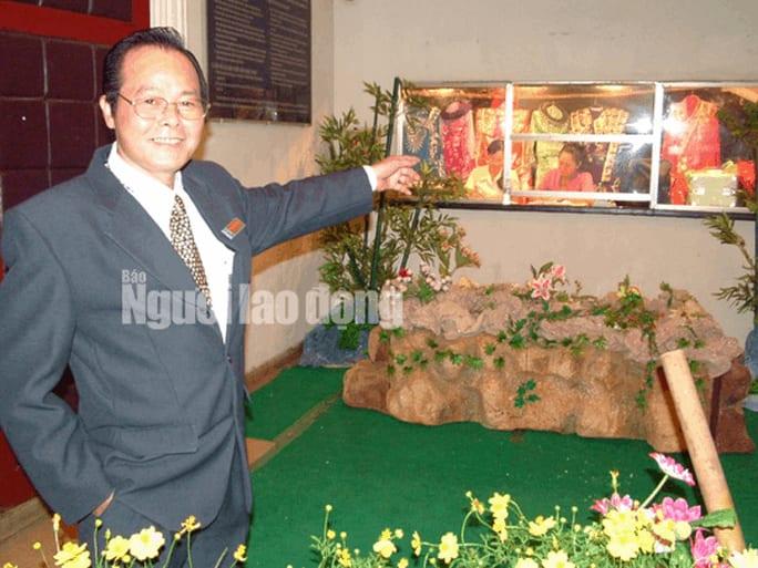 Ông Phan Quốc Hùng - nguyên giám đốc Nhà hát Cải lương Trần Hữu Trang - tại cuộc triển lãm mô hình sân khấu cải lương ở nhà hát nhân dịp tổ chức chương trình sân khấu du lịch 2008