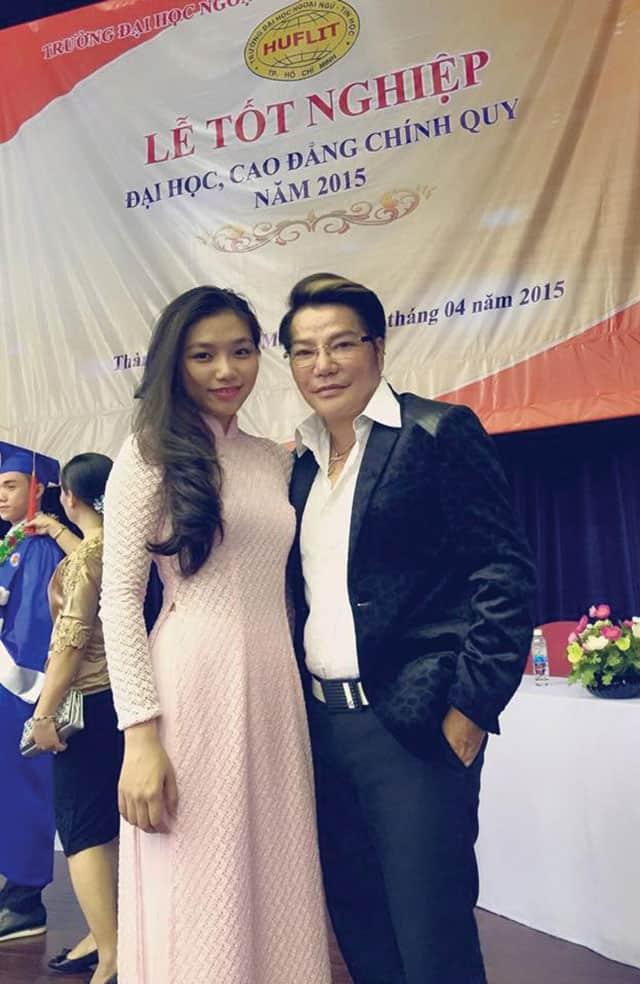 Với con gái Thu Tâm trong lễ tốt nghiệp đại học của con