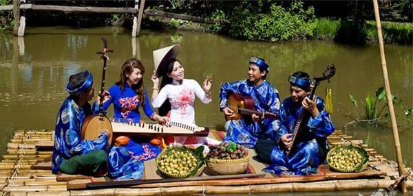 Biểu diễn đờn ca tài tử trên sông.