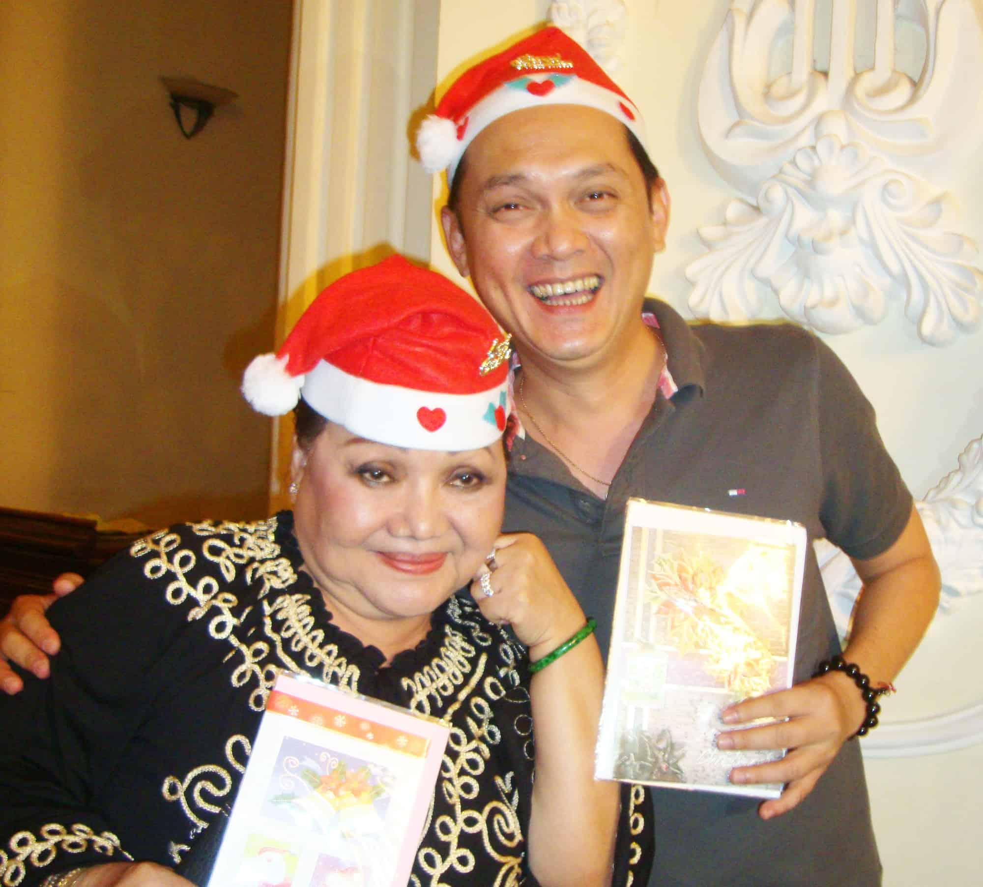 NSND Ngọc Giàu, NS Mạc Can, Việt Hương mang niềm vui san sẻ trong mùa Giáng sinh - Ảnh 1.