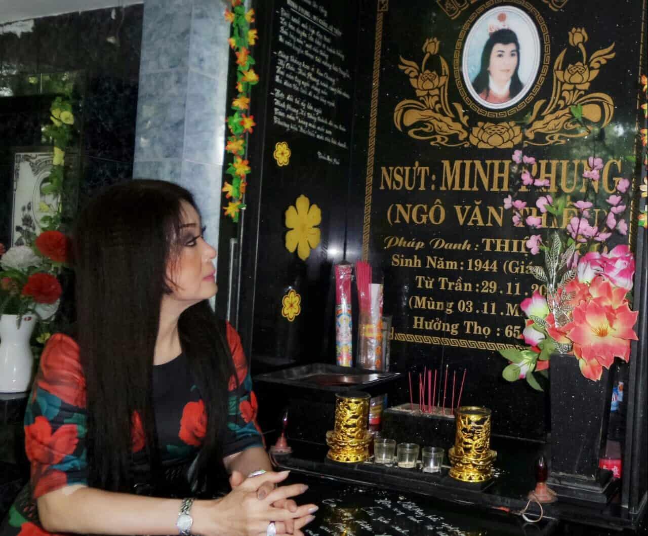 NSƯT Mỹ Châu xúc động bên mộ NSƯT Minh Phụng