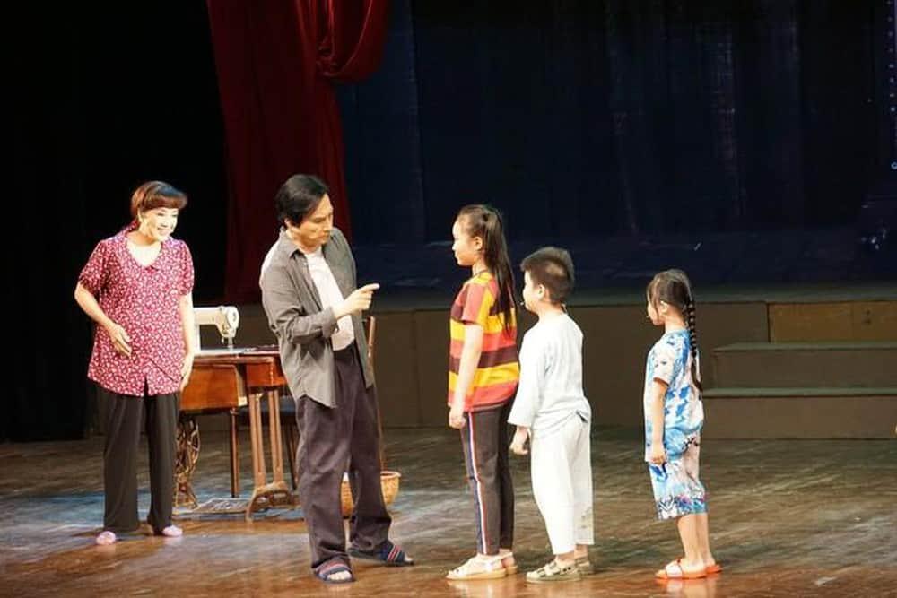 """NSƯT Kim Tử Long và Phương Hồng Thủy cùng các diễn viên nhí trong trích đoạn cải lương hài """"Em đẻ mình ơi"""" mang lại tiếng cười duyên dáng"""