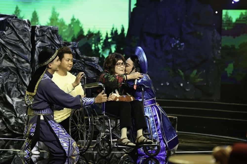 Vừa kết thúc phần thi của mình, Huyền Trâm liền bật khóc và ôm nghệ sĩ Diệu Hiền. Ba giám khảo của chương trình gồm nghệ sĩ Bạch Tuyết, danh ca Thái Châu và nghệ sĩ Việt Anh cũng lên sân khấu để trò chuyện cùng nghệ sĩ Diệu Hiền.