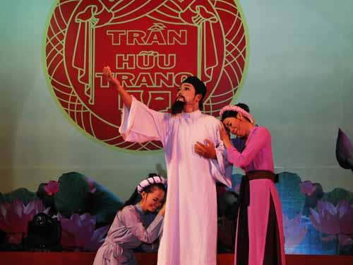 """Diễn viên Trần Chí Hòa với trích đoạn """"Trời Nam"""" của tác giả Lê Duy Hạnh."""