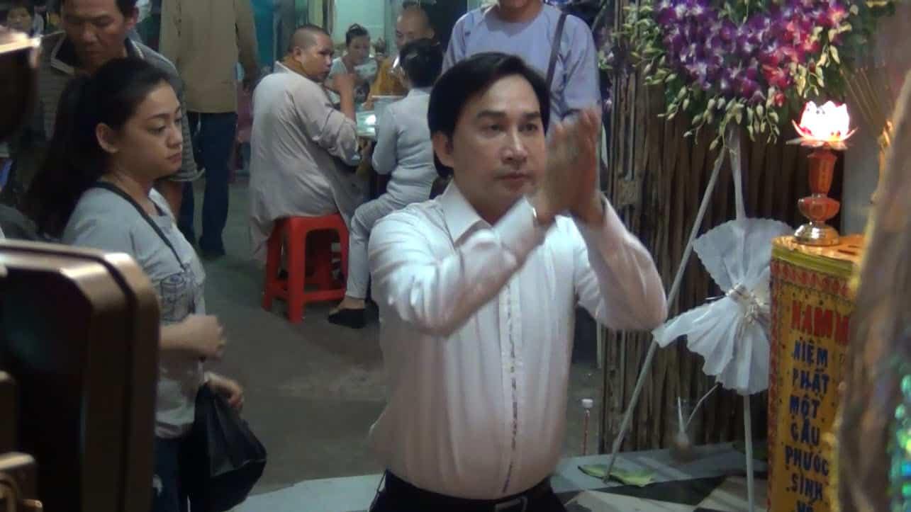 NSƯT Kim Tử Long khấn nguyện NS Chinh Nhân trong ngày tiễn biệt