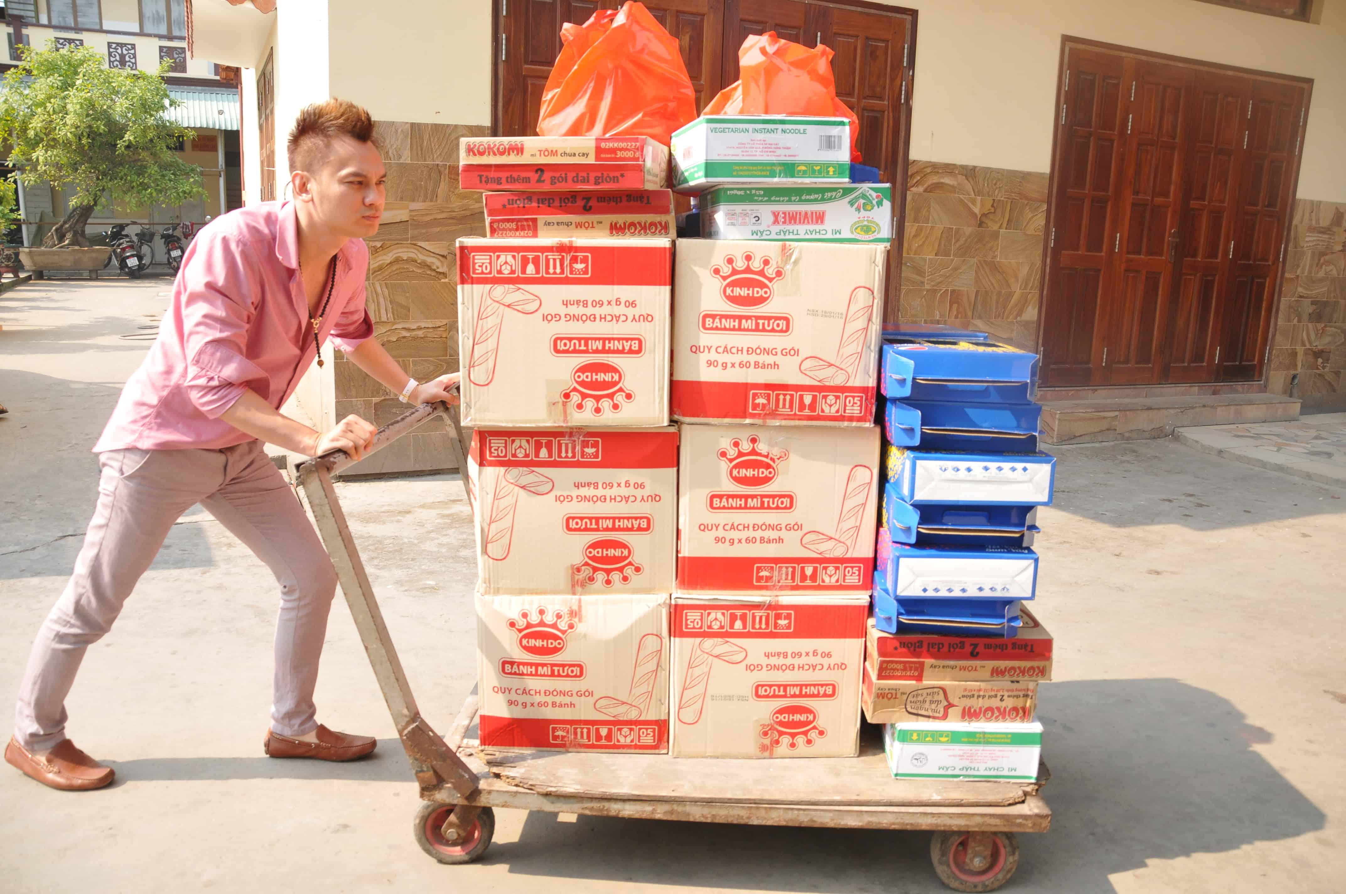 NSƯT Kim Tiểu Long đẩy xe quà đến phát cho trẻ em mồ côi ở chùa Từ Hạnh