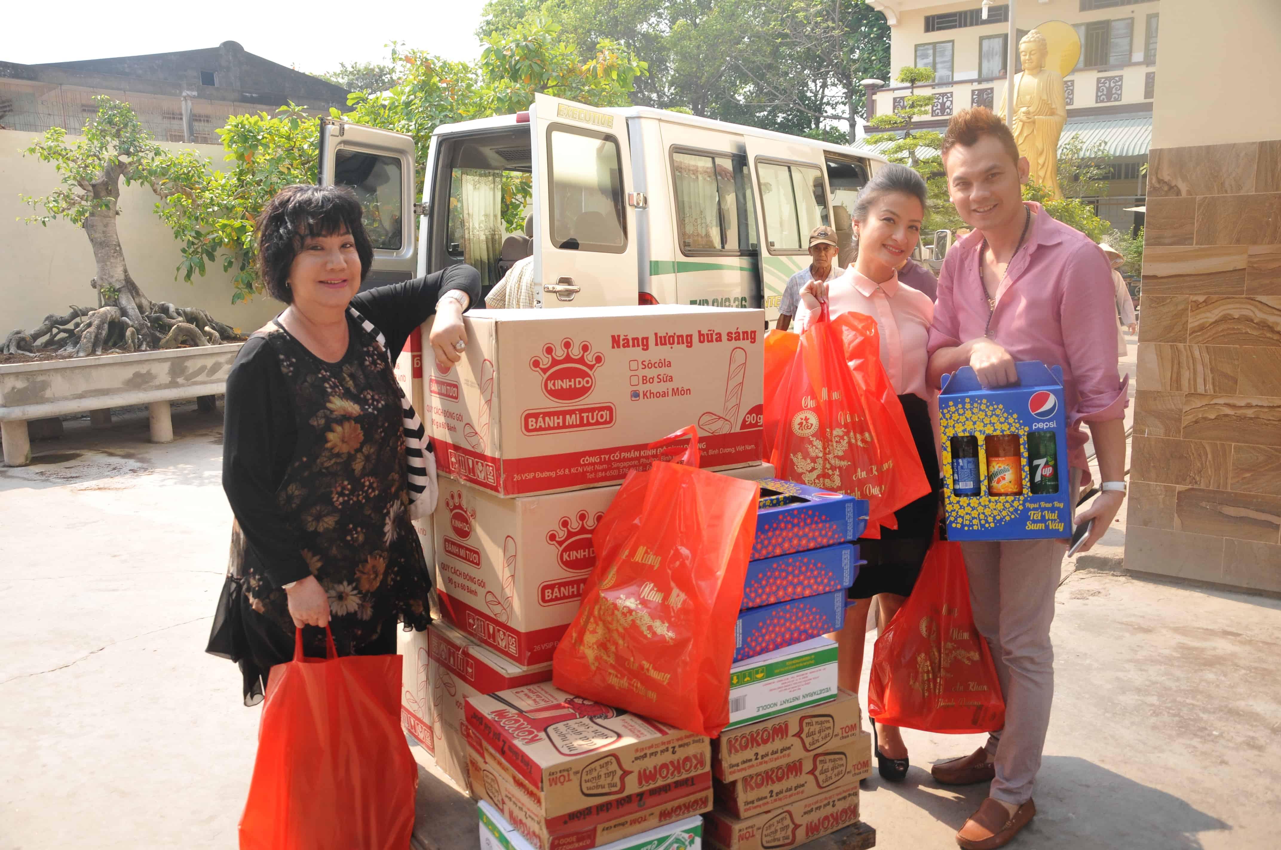 NSƯT Kim Tiểu Long, NS Mỹ Chi và Thanh Nhã bên chuyến hàng từ thiện cuối năm