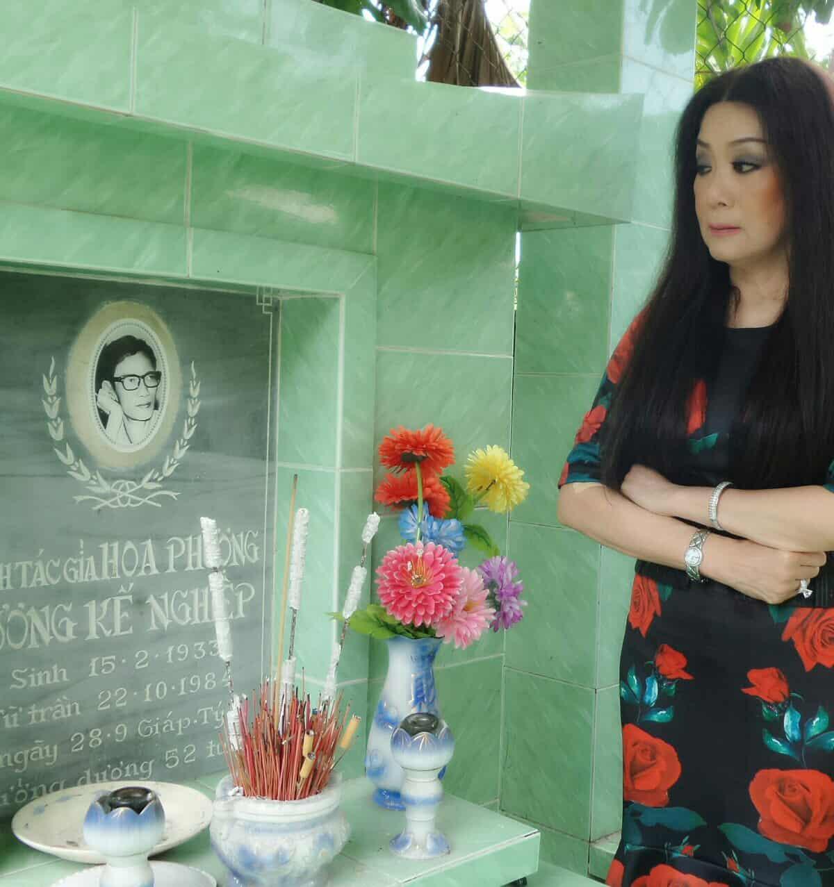 NSƯT Mỹ Châu khoanh tay thưa soạn giả Hoa Phượng khi đến viếng ngôi mộ của ông tại Nghĩa trang Nghệ sĩ Gò Vấp - TPHCM