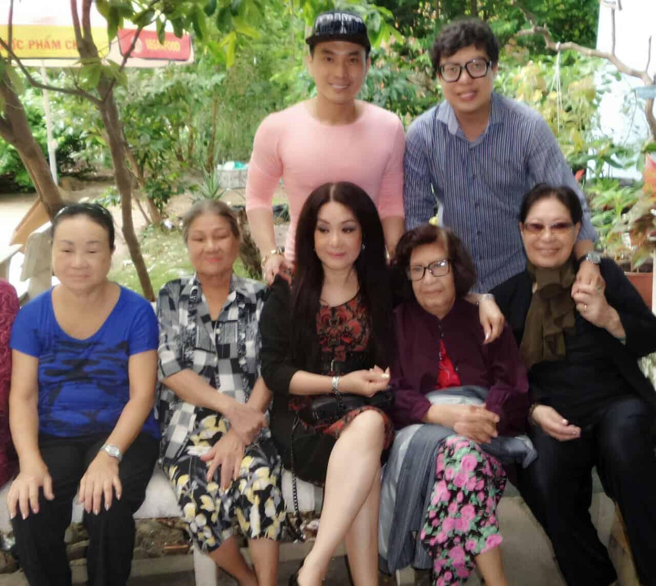 NSUT Mỹ Châu và nhà báo Thanh Hiệp đến thăm các nghệ sĩ lão thành tại Khu dưỡng lão Nghệ sĩ Tphcm