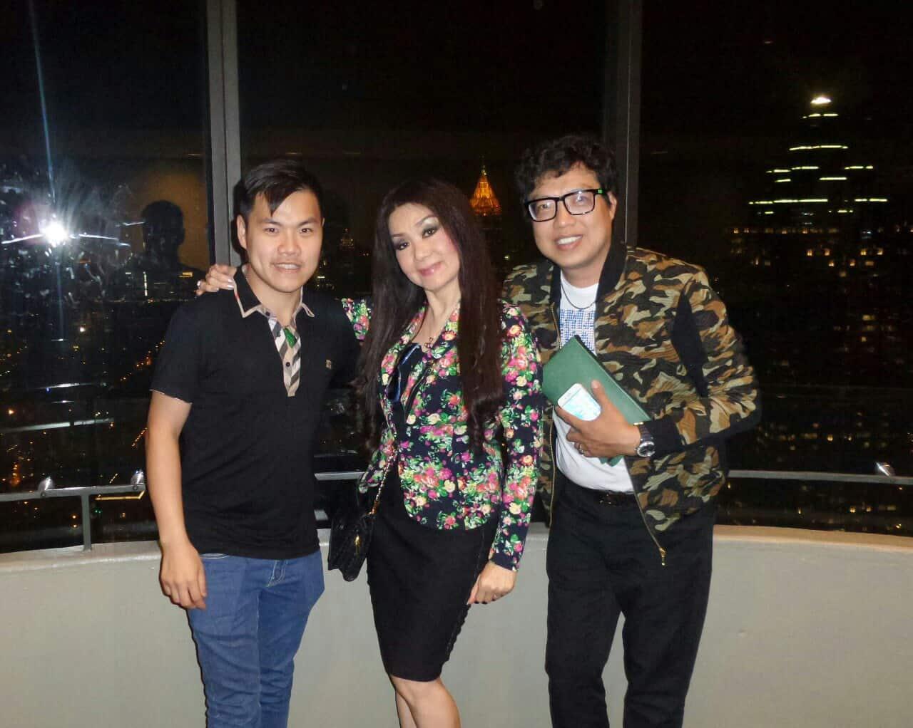 Nhà báo Thanh Hiệp và Lê Đạt chụp ảnh lưu niệm với NSƯT Mỹ Châu trên tòa nhà cao 72 tầng của thành phố Atlanta