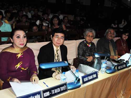 NSND Bạch Tuyết, Thanh Tòng, NSƯT Ca Lê Hồng, Trần Minh Ngọc, Thanh Vy tại Đại học Cần Thơ tối 19-4