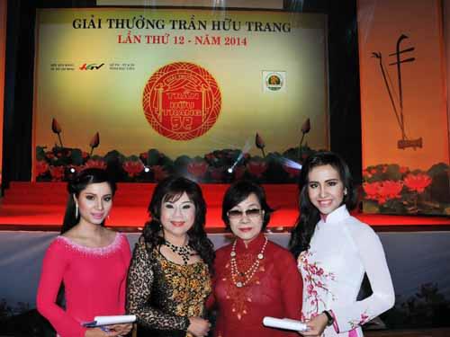 NSƯT Thoại Miêu và Thanh Vy cùng với hai MC Đài PTTH Hậu Giang: Mỹ Dung và Kỳ Hương.