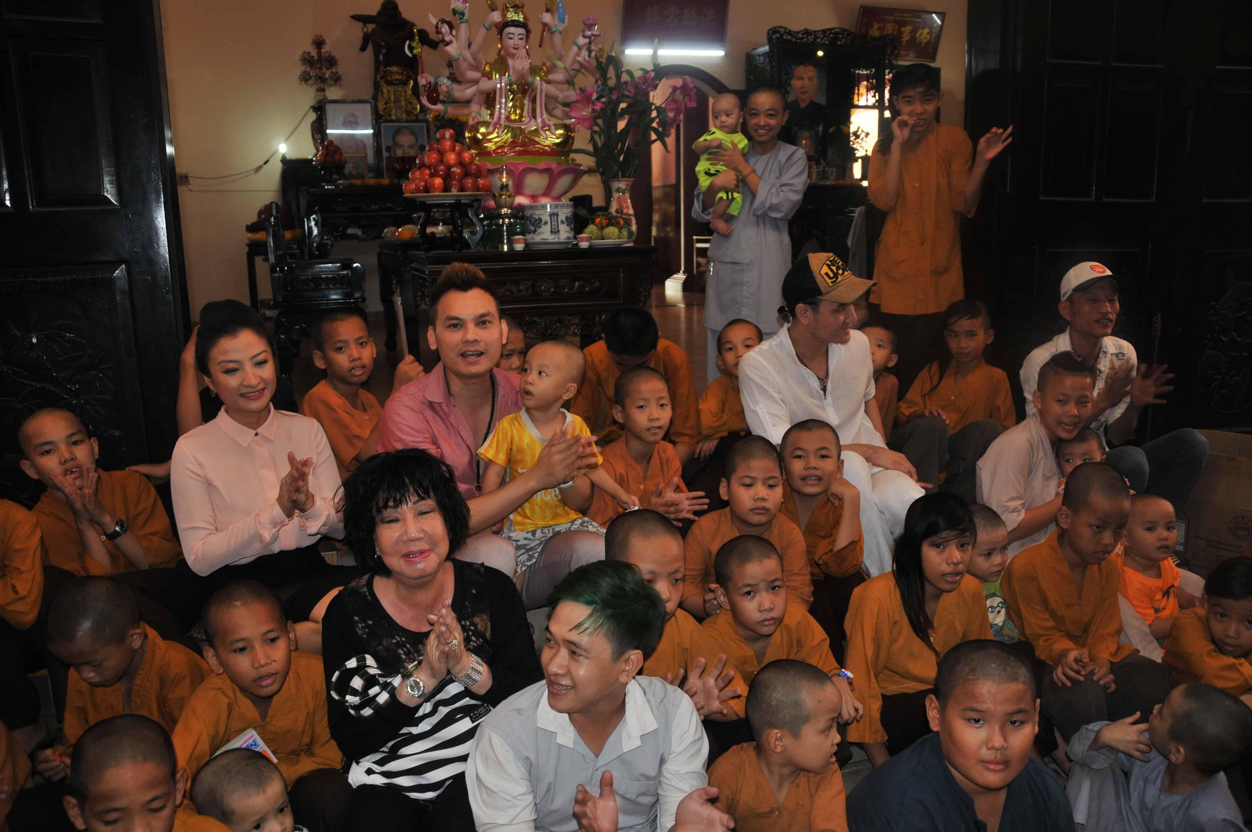 Các nghệ sĩ cùng hát những bài hát thiếu nhi với trẻ em mồ côi ở chùa Từ Hạnh