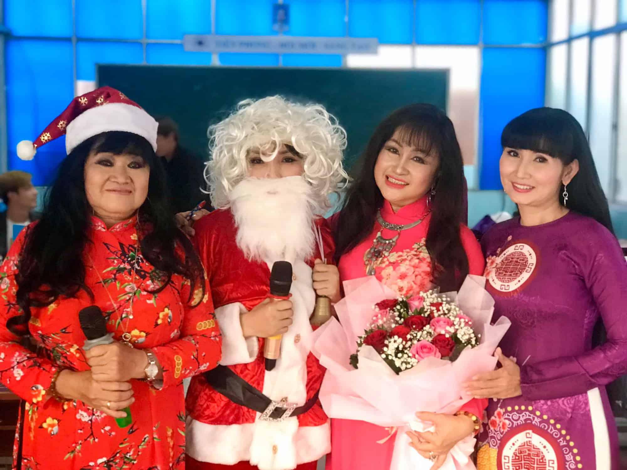 NSND Ngọc Giàu, NS Mạc Can, Việt Hương mang niềm vui san sẻ trong mùa Giáng sinh - Ảnh 8