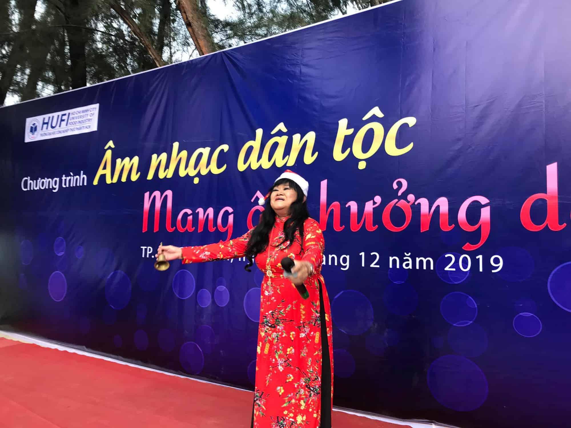 NSND Ngọc Giàu, NS Mạc Can, Việt Hương mang niềm vui san sẻ trong mùa Giáng sinh - Ảnh 9