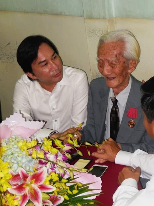 Nghệ sĩ Kim Tử Long thường tìm đến Viễn Châu để có được các bài hát ưng ý. Ảnh: nhà báo Thanh Hiệp.