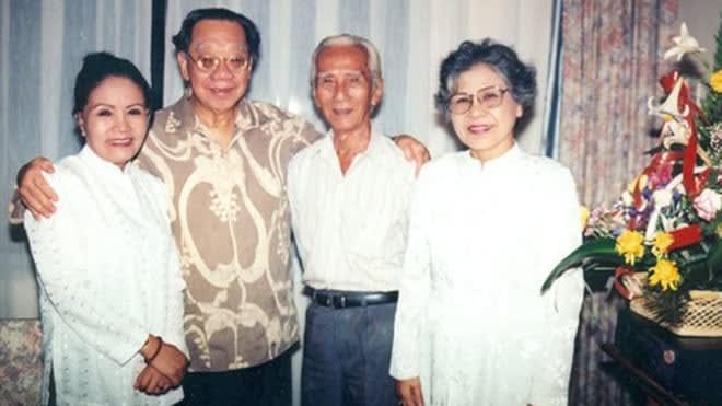Từ trái qua: NSƯT Út Bạch Lan, GS-TS Trần Văn Khê, NSND Viễn Châu, NSƯT Ca Lê Hồng trong một cuộc hội ngộ tại khách sạn Cửu Long năm 1995. Ảnh: nhà báo Thanh Hiệp.