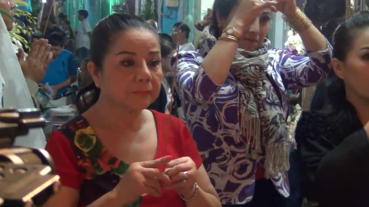 Nghệ sĩ Thoại Miêu đến viếng đám tang NS Chinh Nhân