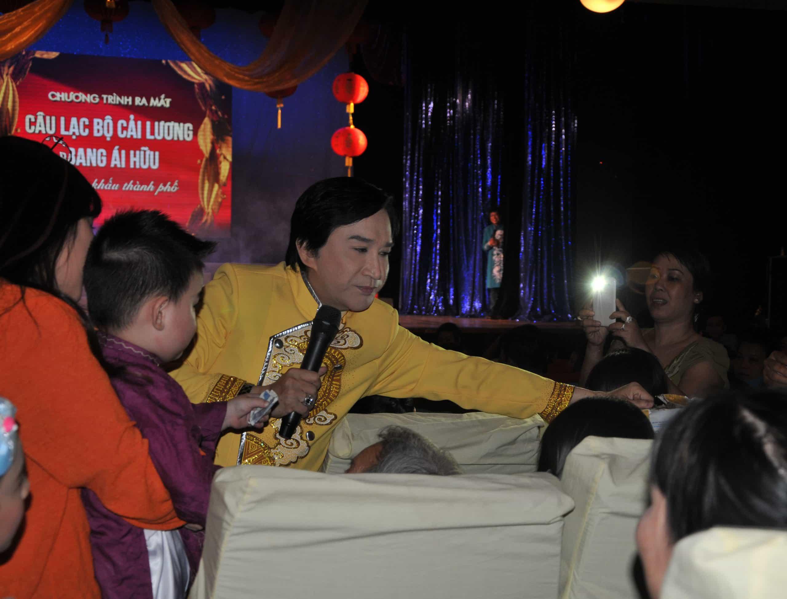 NSƯT Kim Tử Long quyên góp tiền ủng hộ nghệ sĩ nghèo trong chương trình Ba thế hệ về lại cội nguồn