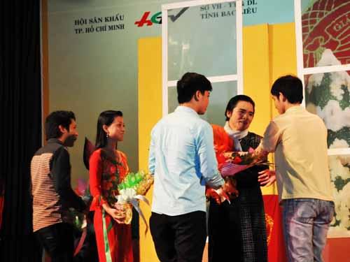 Đông đảo khán giả sinh viên tặng hoa chúc mừng nghệ sĩ Phương Anh - HCV triển vọng năm 2011 dự thi HCV xuất sắc tối 19-4.
